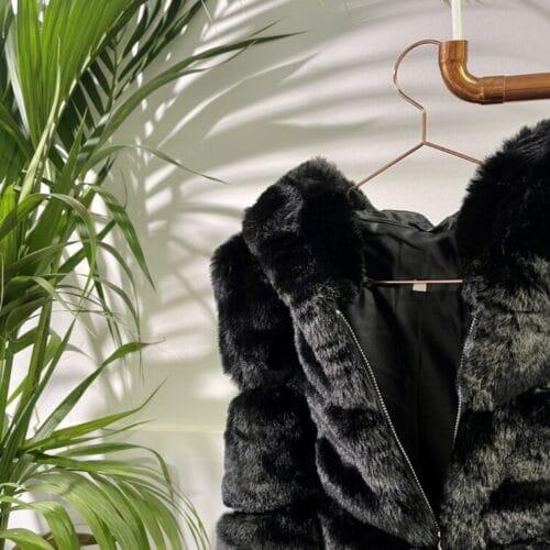 METIS GLAM smanicato nero in eco pelliccia Cappotti